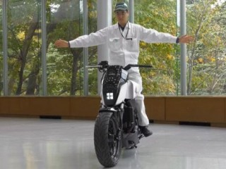 Futuristic Motorbike, Honda Riding Assist, Self-Balancing Motorcycle